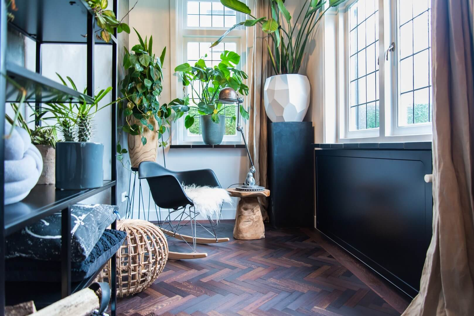Trends: spice up your interior with a dark radiator cover